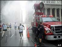 Fire engine sprays runners in Chicago marathon