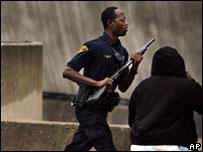 Policía corre al lugar del tiroteo