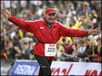 Former Mexican presidential candidate Roberto Madrazo crosses the finish line at the Berlin marathon, 30 September 2007