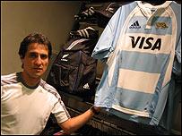 Adri�n, vendedor de una tienda de deportes.