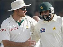 Graeme Smith shows his appreciation for Inzamam