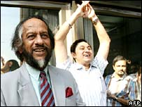 Rajendra Pachauri congratulated by staff in Delhi, 12 October 2007