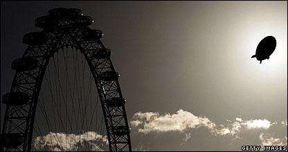 An airship passes the London Eye