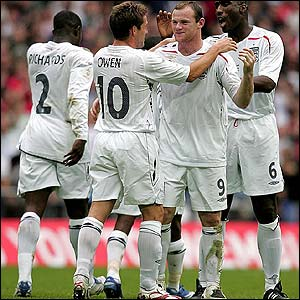 England's Wayne Rooney is congratulated by Michael Owen