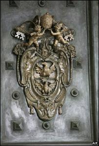 Detalle del escudo de armas de la puerta de bronce del Palacio Apostólico en el Vaticano