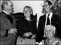 Werner von Trapp (L) in 1984 with family including Maria (R)