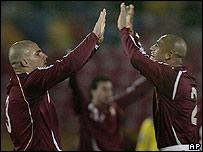 Jos� Rey (izq.) y Luis Vallenilla celebran el gol vinotinto