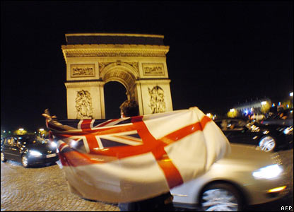 An England flag in front of the Arc de Triomphe