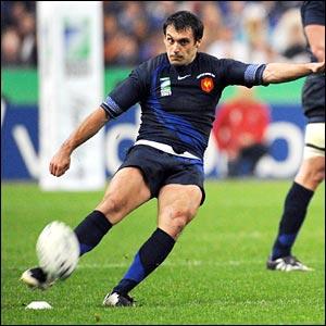 Lionel Beauxis kicks a penalty in Paris