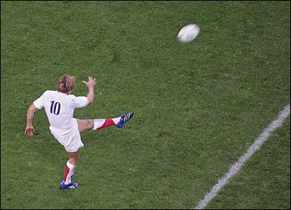 Jonny Wilkinson attempts a drop-goal