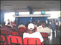 Cubanos viendo el programa Al� Presidente, de Hugo Ch�vez, en el que interviene Fidel Castro, en la estaci�n interprovincial de autobuses de La Habana. (Foto: Raquel P�rez)