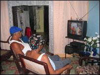 Cubanos viendo el programa Al� Presidente, de Hugo Ch�vez, en el que interviene Fidel Castro  (Foto: Raquel P�rez)