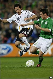 Piotr Trochowski de Alemania y el irland�s, Steve Finnan.