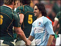 Argentina captain Agustin Pichot congratulates South Africa flanker Schalk Burger after the Boks' victory