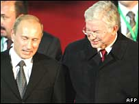 Vladimir Putin (L) is greeted by Hessen State Premier Roland Koch upon his arrival in Frankfurt, Germany, on Sunday 14 October 2007