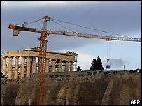 Gigantesca grúa trasladando reliquias de la Acrópolis de Atenas