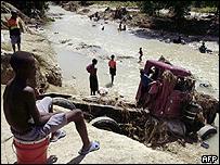 Un niño contempla los estragos de la tormenta en Cabaret, Haití