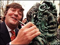Stephen Fry beside Oscar Wilde statue