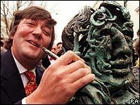 Stephen Fry beside Oscar Wilde statue