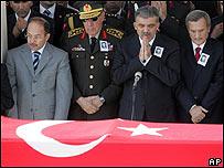 Funcionarios turcos en el funeral de un soldado muerto en un ataque del PKK
