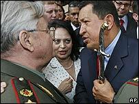 Hugo Chávez recibe una condecoración del ex comandante de las fuerzas soviéticas, general  Valentín Varennikov