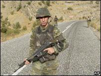 Tropas turcas patrullan la frontera con Irak