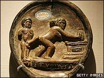 Obra en terracota de la Antigüedad clásica expuesta en el Barbican