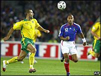 Thierry Henry pelea un bal�n con el lituano Ignas Dedura