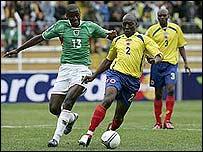 Andaveris y Moreno se disputan la pelota (foto de internet)