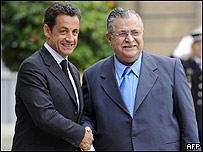 Nicolas Sarkozy y el presidente de Irak, Jalal Talabani (dcha)