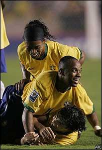 Ronaldinho, Robinho y Kak� festejan un gol