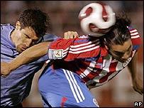Salvador Caba�as (der.) logra ganarle de cabeza al uruguayo