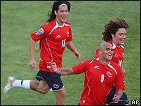 Humberto Suazo (centro) festeja su gol