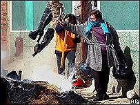 Unas mujeres queman calzado y ropa de prostitutas en el Alto