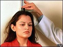 Mujer midiéndose