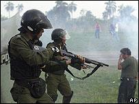 Las fuerzas del orden reprimieron a los manifestantes con gases lacrimógenos