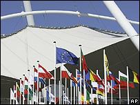Las banderas de la Unión Europea en la Cumbre de Lisboa.