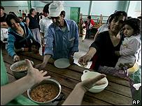 Argentinos de bajos recursos reciben comida gratuita