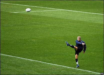 Jonny Wilkinson practices in the Stade de France ahead of the final against South Africa