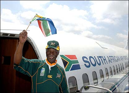 South Africa president Thabo Mbeki boards a flight from Johannesburg to Paris