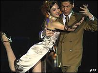 Pareja japonesa bailando tango.