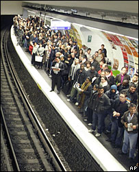 Commuters wait for a subway in Paris (19 October)