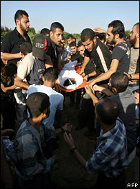 Mourners carry the body of Mohammed Susi, a 13-year-old boy killed in the fighting (20 October 2007)