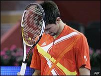 Novak Djokovic reacciona luego de perder un punto contra Nalbandian