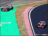 Hamilton trata de controlar su auto fuera de la pista de Interlagos.