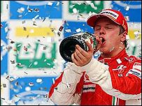 Kimi Raikkonen celebra su t�tulo en el podio.