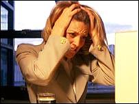 Mujer desesperada por la cantidad de correos electrónicos que recibe