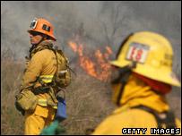 Bomberos combates los incendios