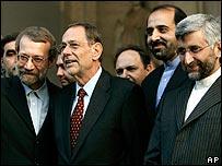 Javier Solana (C)  is flanked by Saeed Jalili (R) and Ali Larijani