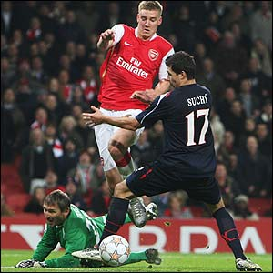 Nicklas Bendtner prepares to score Arsenal's seventh